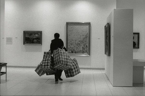 Stephen Wilks looking for the right location to place his work, Green Easter, Museum Dhondt-Dhaenens, Deurle (1997) – Alle rechten voorbehouden