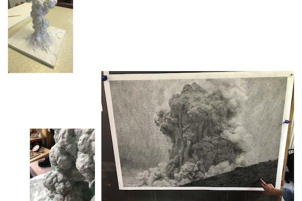 Links: Éruption , 2021, Porselein, 49 x 42 x 42 cm, Ateliers Manufacture de Sèvres Rechts: Trail Dust , 2021, Grafiet op Cason-papier, 100 x 150 cm, Atelier van de kunstenaar