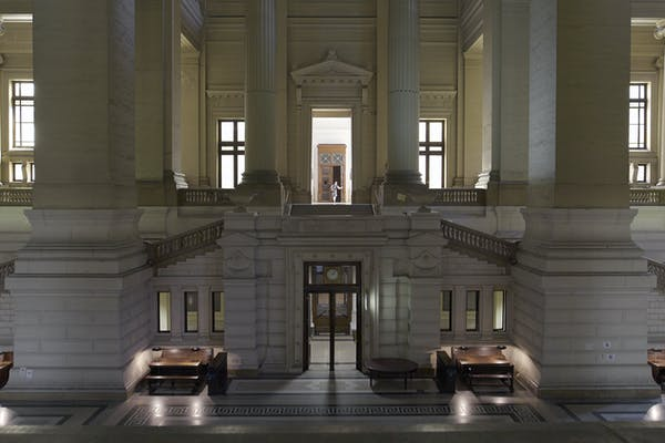 Palais de Justice, Carey Young, 2017. Single-channel HD video (from 4K); 16:9, colour, quadraphonic sound; 17 mins 58 secs – Courtesy Paula Cooper Gallery, New York