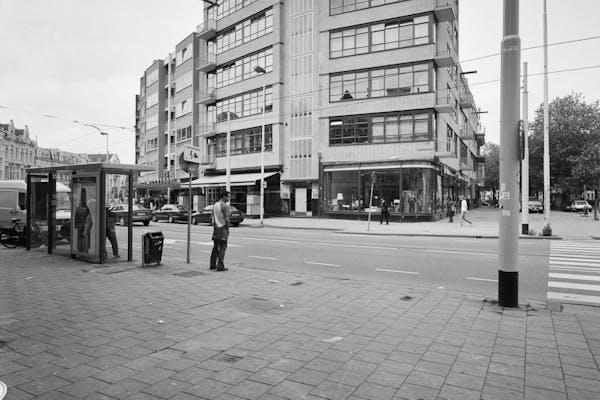Overzicht, zijde Nieuwe Binnenweg, met omgeving. Nieuw Zakelijk woon-winkelpand uit 1930-1932, architect J.H. van den Broek, Rotterdam