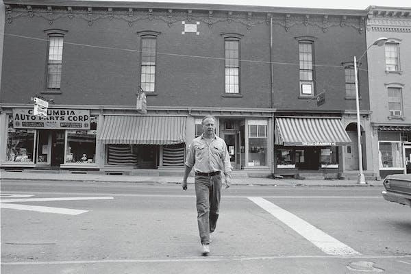 Ellsworth Kelly voor zijn studio, 13 Main Street Chatham, 1970, – foto Gianfranco Gorgoni (bron MoMA)