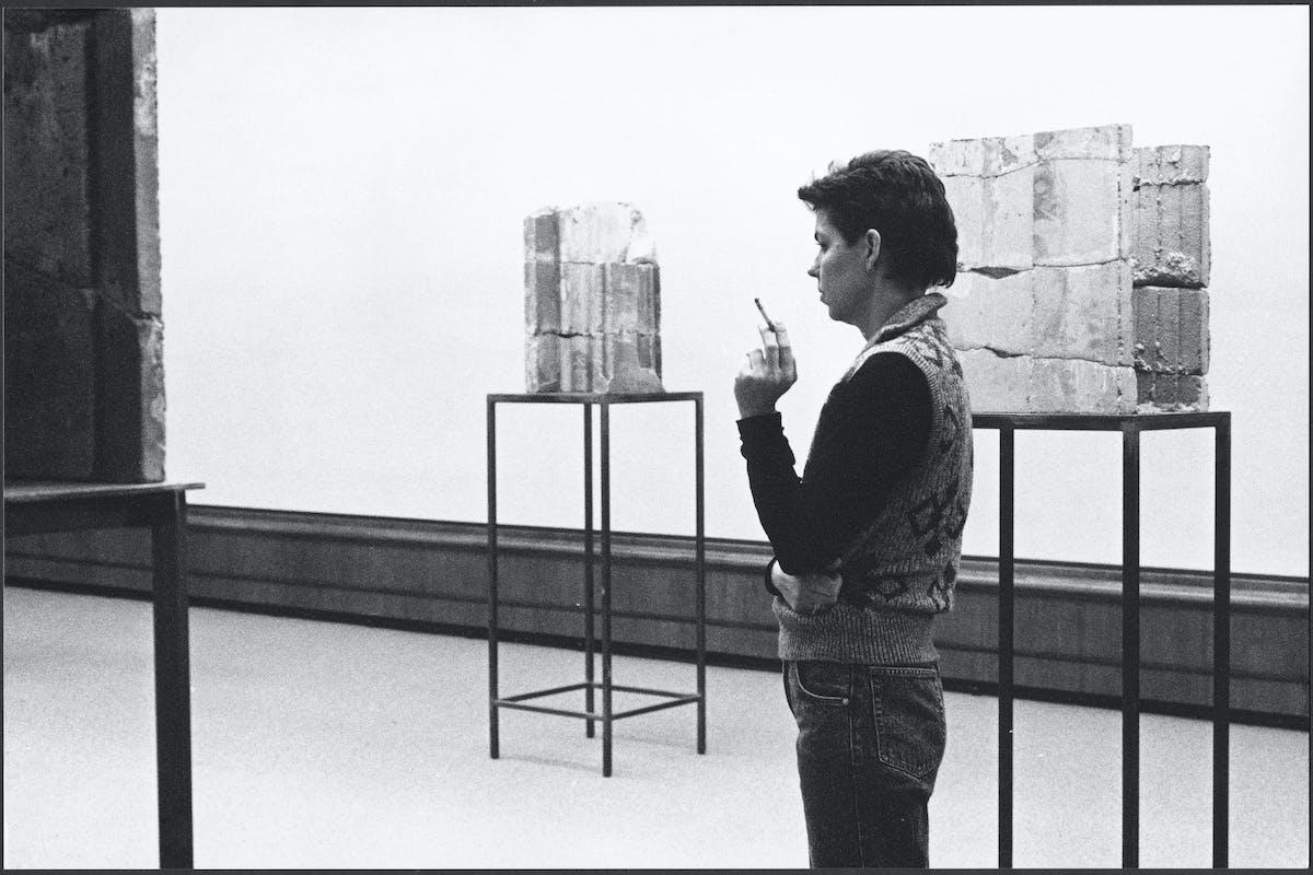 Isa Genzken at her exhibition at Kunstmuseum Winterthur, Switzerland, 1989 – © SABAM, Bruxelles Courtesy the artist, Hauser & Wirth and Galerie Buchholz, foto Jan Jedlick