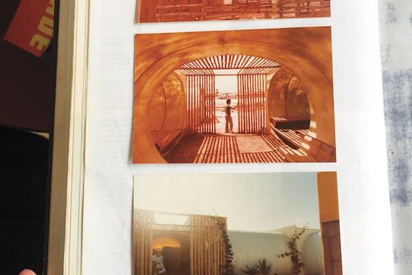 Moniek E. Bucquoye toont beelden van Habipat, het modulaire bouwsysteem van Georges A. Patfoort. – Foto Hans Theys