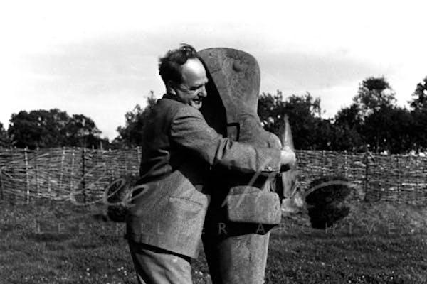 Lee Miller, Henry Moore met zijn sculptuur Mother and Child, Farleys Garden, East Sussex, Engeland, 1953, [FF0619], – © Lee Miller Archives, England 2021, alle rechten voorbehouden leemiller.co.uk