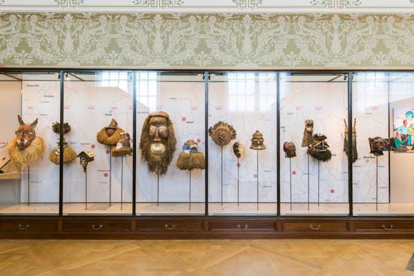 Een vitrine van het AfricaMuseum. De voorwerpen op de foto zijn niet noodzakelijk roofkunst. – Foto © AfricaMuseum