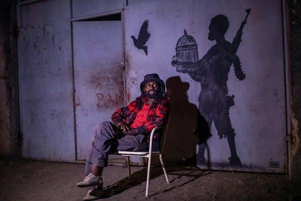 Freddy Tsimba voor zijn atelier, © foto Renaud Barret