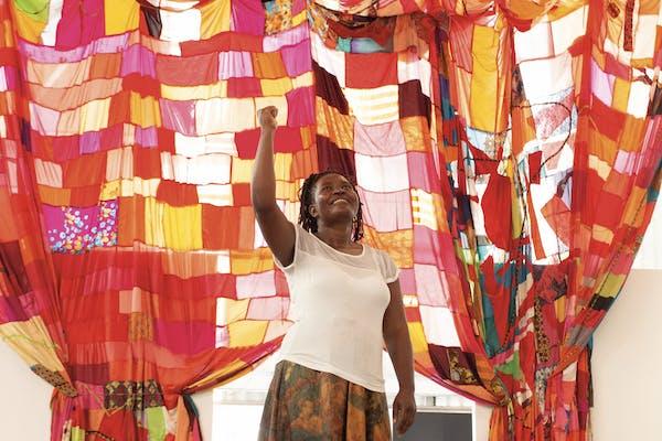 Stellenbosch Triënnale, Hellen Nabukenya, installatiezicht Abalamu Baseesa Gwaka (The living keep up only the burning fire), 2020, foto Thekiso Mokhele