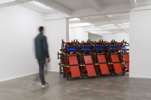 Red and Blue Barricade , een installatie van Luc Deleu en T.O.P. Office bij Keteleer Gallery. – Courtesy de kunstenaar en Keteleer Gallery