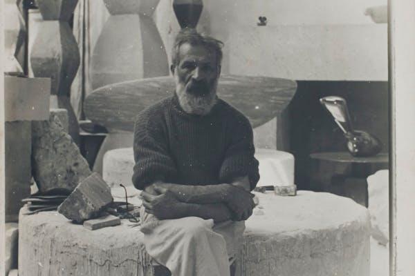 Constantin Brancusi, zelfportret in het atelier, ca. 1934, met werken Colonnes sans fin I à IV (1930), Léda (1926) – © Centre Pompidou, MNAM-CCI, Dist.RMN-Grand Palais - Philippe Migeat, Sabam Belgium, 2019
