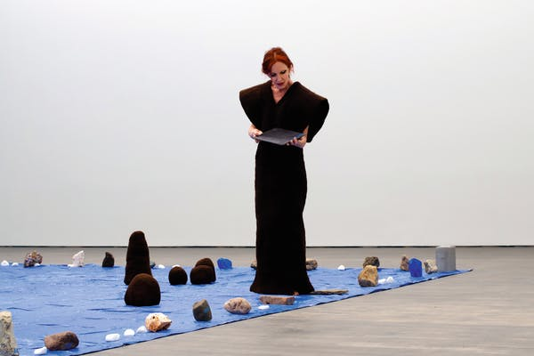 Marie Julia Bollansée, GEOLOGY , performance in S.M.A.K., 2021. – Foto © Pablo Bollansée