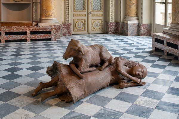 Kiki Smith, 'Sleeping, Wandering, Slumber, Looking About, Rest Upon' (detail), 2009-2019, bronzen sculpturen, variabele afmetingen. © Kiki Smith, courtesy Pace Gallery. Foto © Martin Argyroglo / Monnaie de Paris