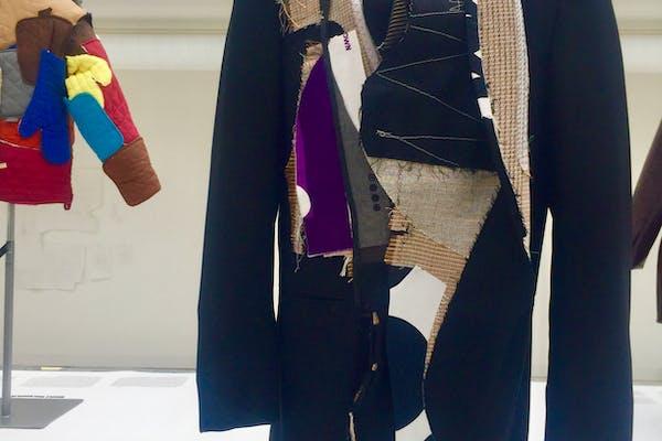 Een jasje dat grafische geassemblerd werd uit stofresten en de waarden incarneert die ten grondslag liggen aan haar werk: traagheid, authenticiteit en kwetsbaarheid, foto Max Borka